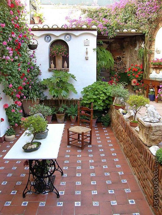 Spaanse Tegels Tuin.Speelse Tegels In De Tuin Achtertuinen Spaanse Stijl