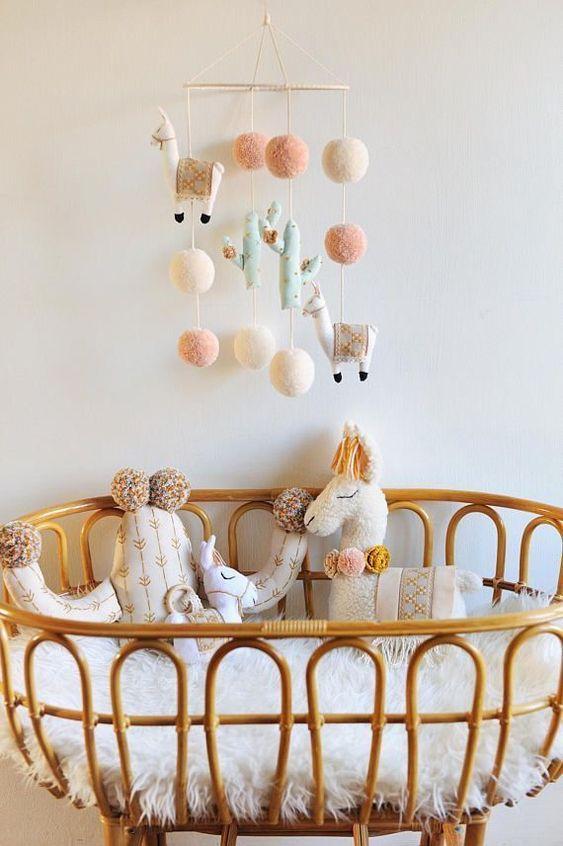 mobile pour enfant diy pompon et lama, la déco lama est originale tendance  et amusante, idéale pour la chambre de bébé , et que dire de ce coussin en  forme