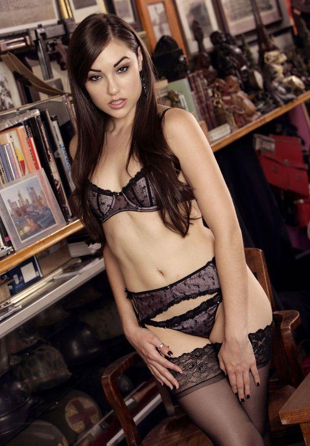 Красивые и сексуальные секретарши в чулках и в обтягивающих платьях чаще всего