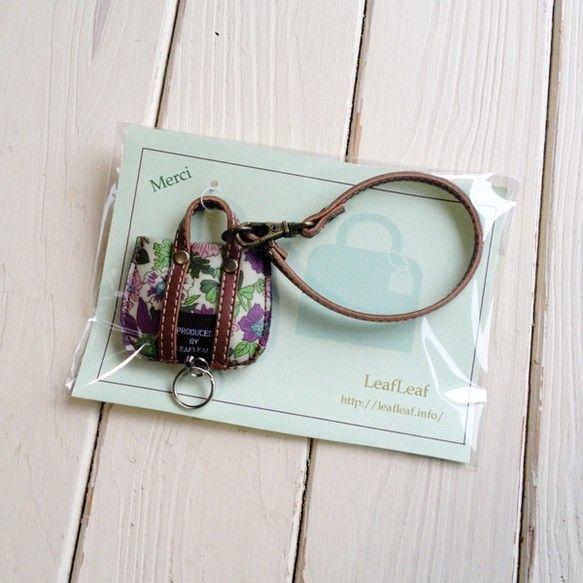 リバティと本革で作りましたキーホルダー・バッグチャームです♪ 中にリールキーが入っているので、 大事な鍵やパスモなどを付けておくと バッグの中で行方不明になら...|ハンドメイド、手作り、手仕事品の通販・販売・購入ならCreema。