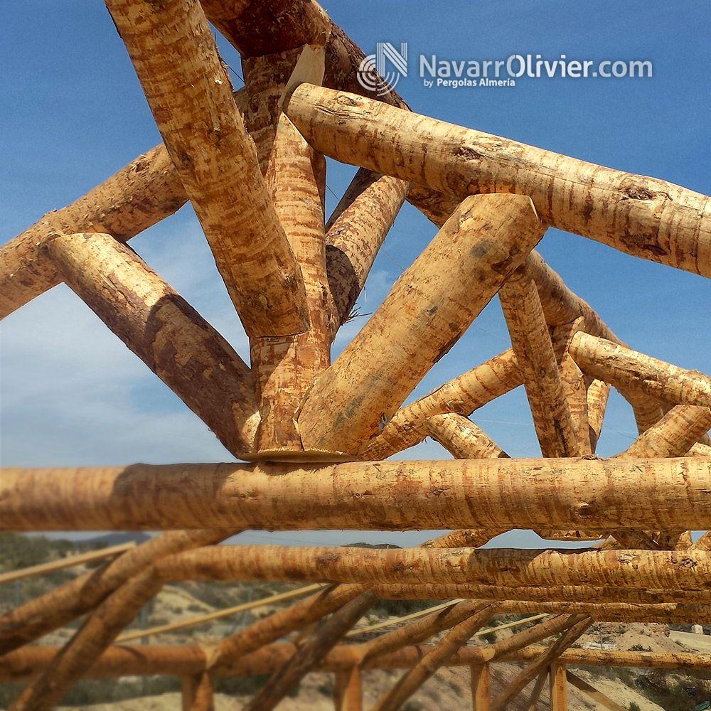 Estructura de palo redondo construida en pino natural. www ...