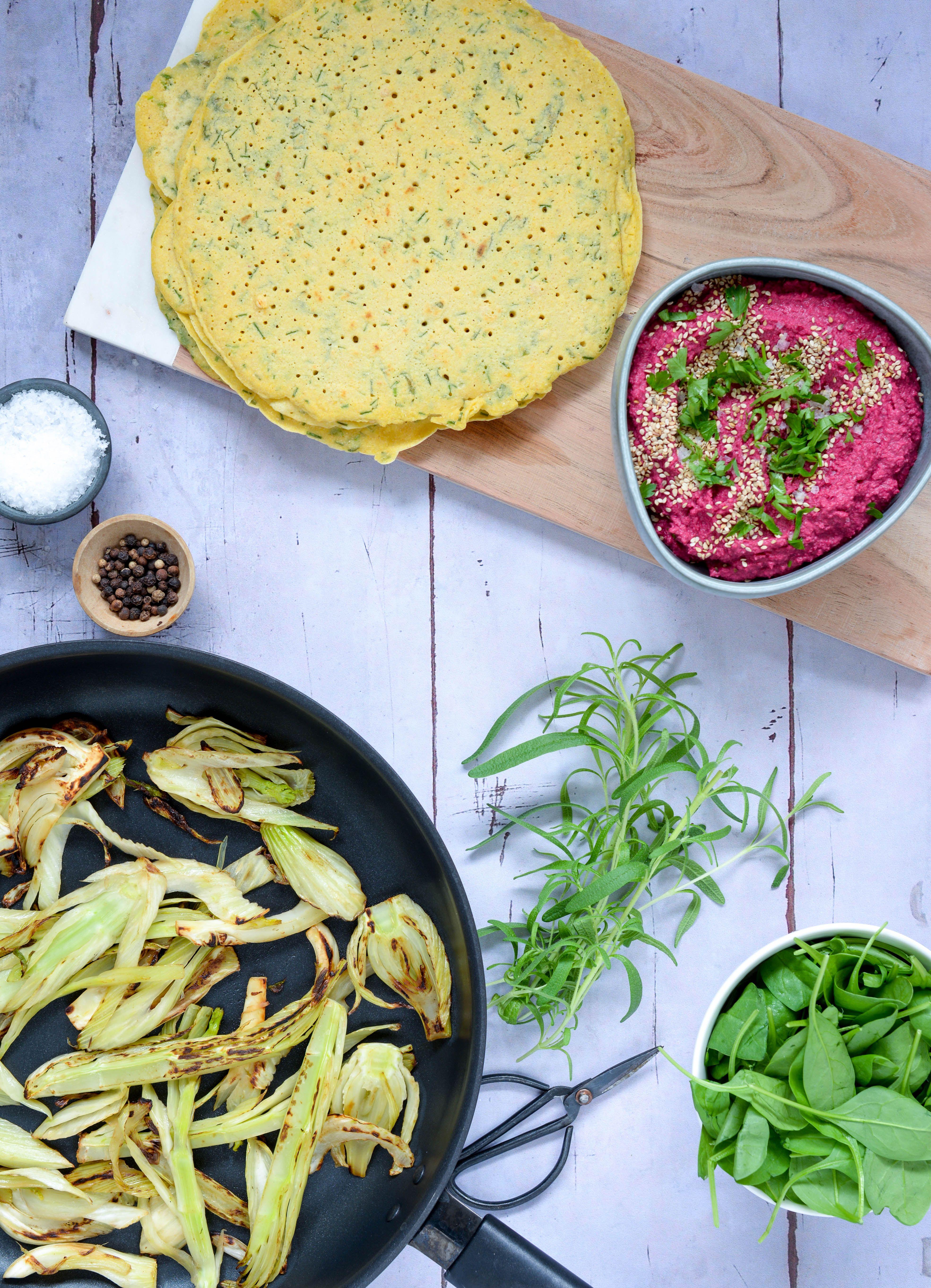 Madpandekager Med Krydderurter Hummus Og Stegte Grøntsager
