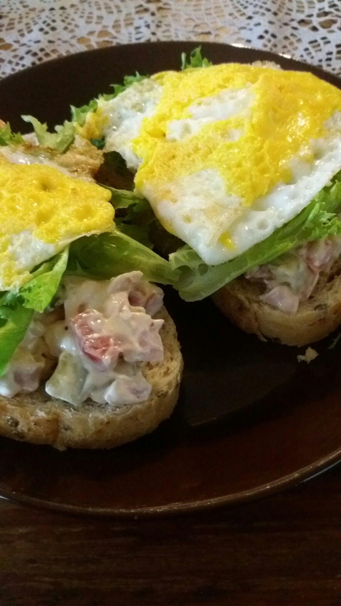 """Brunssi.. """"voileipäkakku""""-täytettä leivillä salaatin ja kananmunien kera.."""