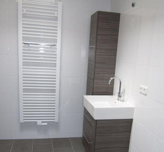 Witte badkamer tegels - Eigentijdse badkamer grijs ...