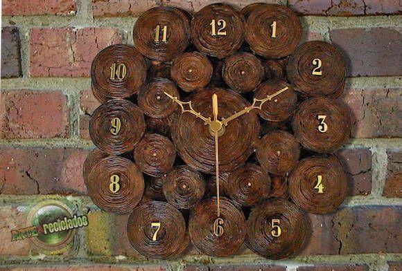 """Lindo e delicado relógio artesanal de parede, confeccionado em papel jornal, com uma técnica especial que dá ao produto resistência e durabilidade. Para decorar sua casa, escritório ou para presentear. OUTROS MODELOS NO ÁLBUM """"RELÓGIOS"""" R$ 80,00"""