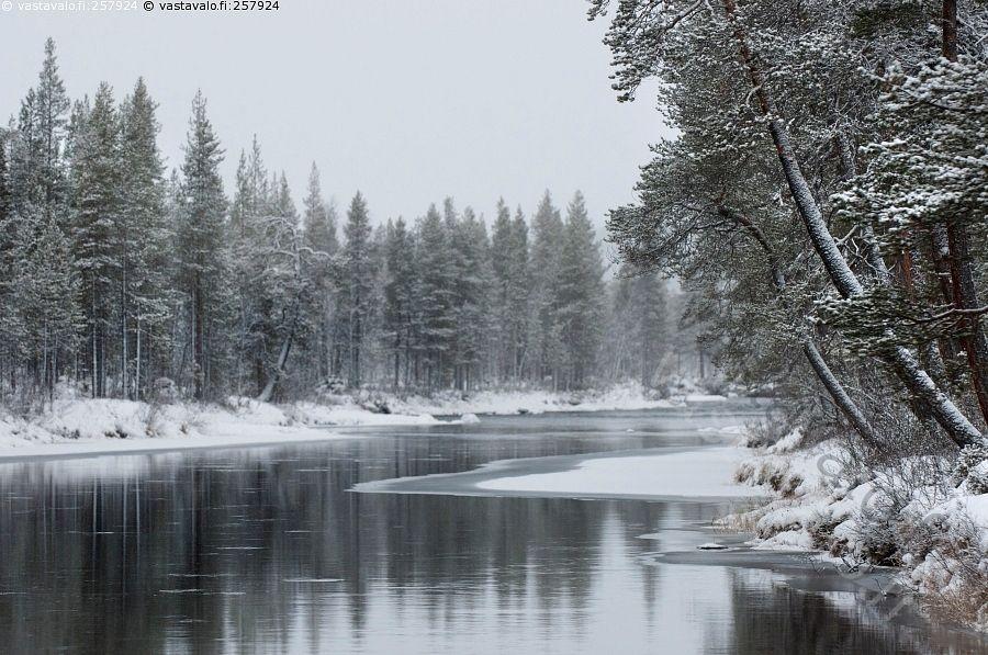 Joki marraskuussa -  Lappi Luttojoki Lutto joki suvanto talvi jää sula lumi marraskuu maisema
