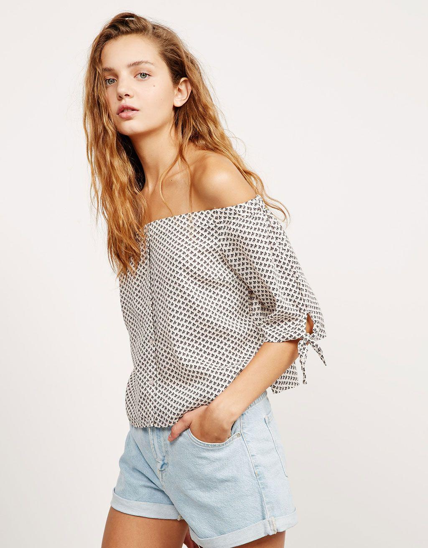 Blusa BSK estampada lazo en mangas. Descubre ésta y muchas otras prendas en Bershka con nuevos productos cada semana