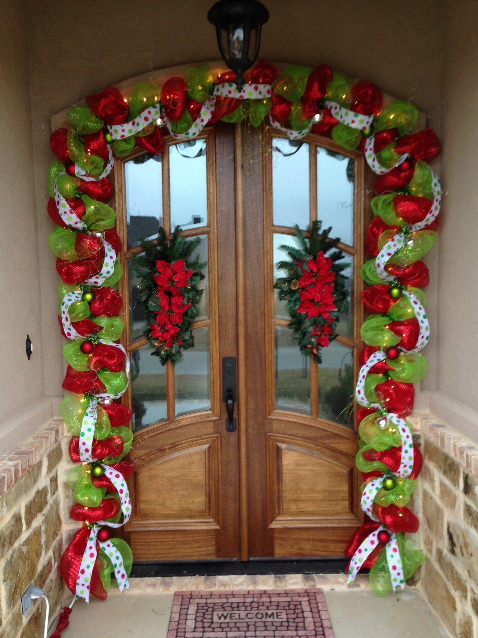Decora la puerta de tu casa con guirnalda de malla - Adornos navidenos para puertas ...