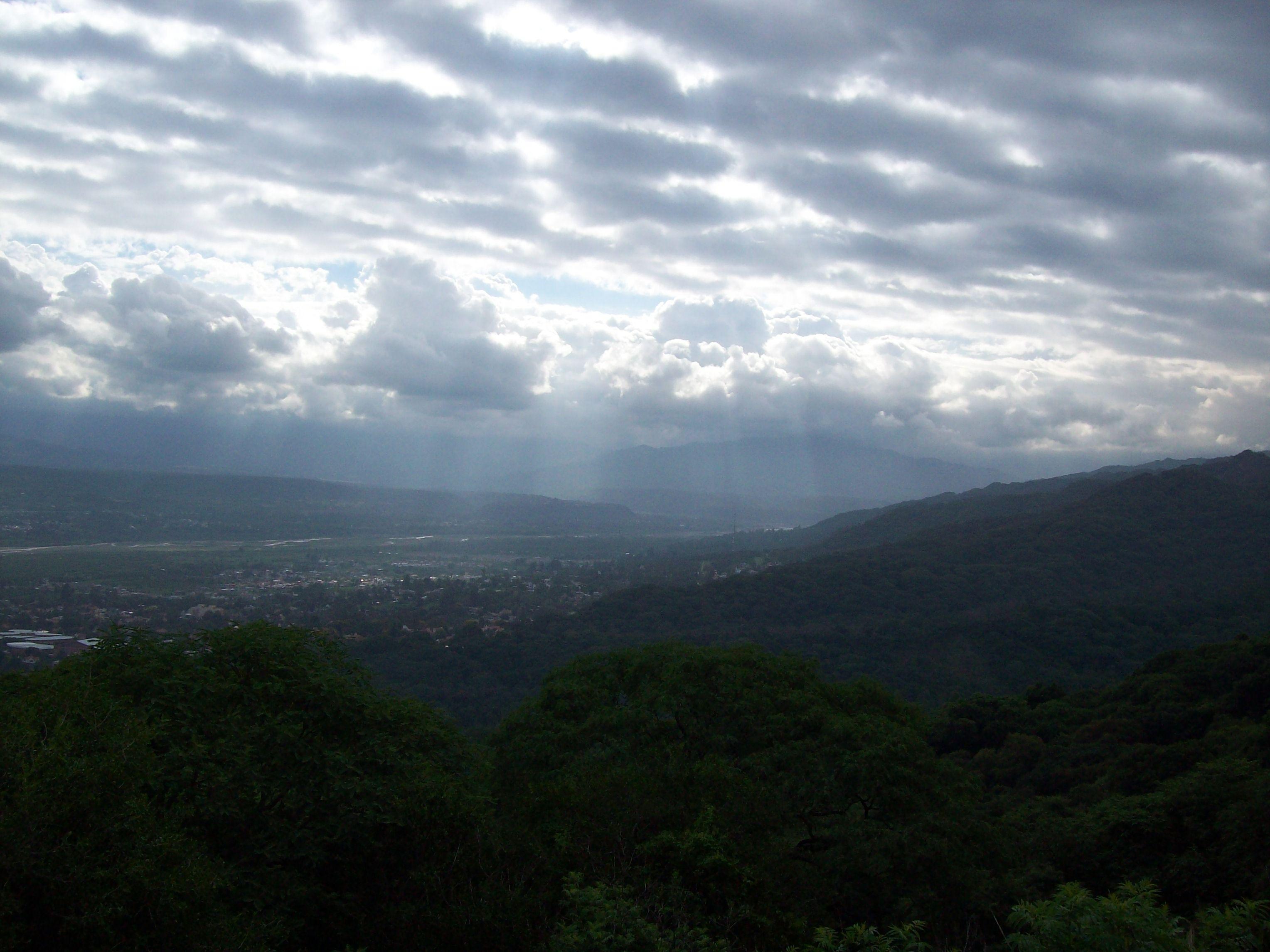 ¡Asombroso! Cuando la luz solar se filtra entre las nubes.