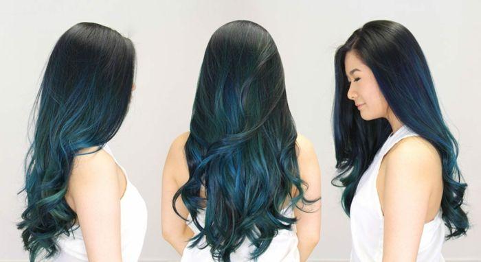 Cabello negro con puntas azul electrico