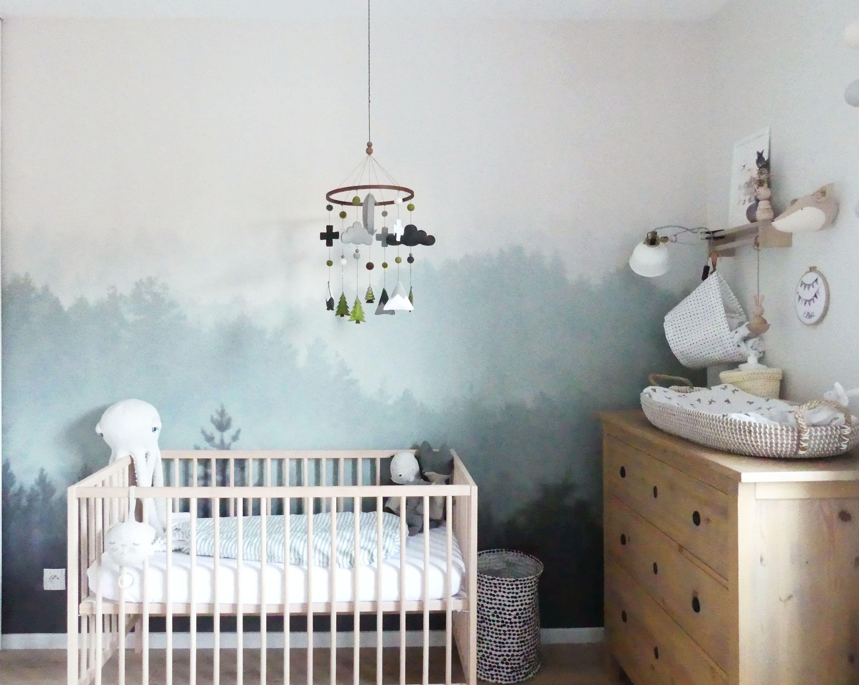 chambre de bébé mixte thème nature avec un papier peint ...