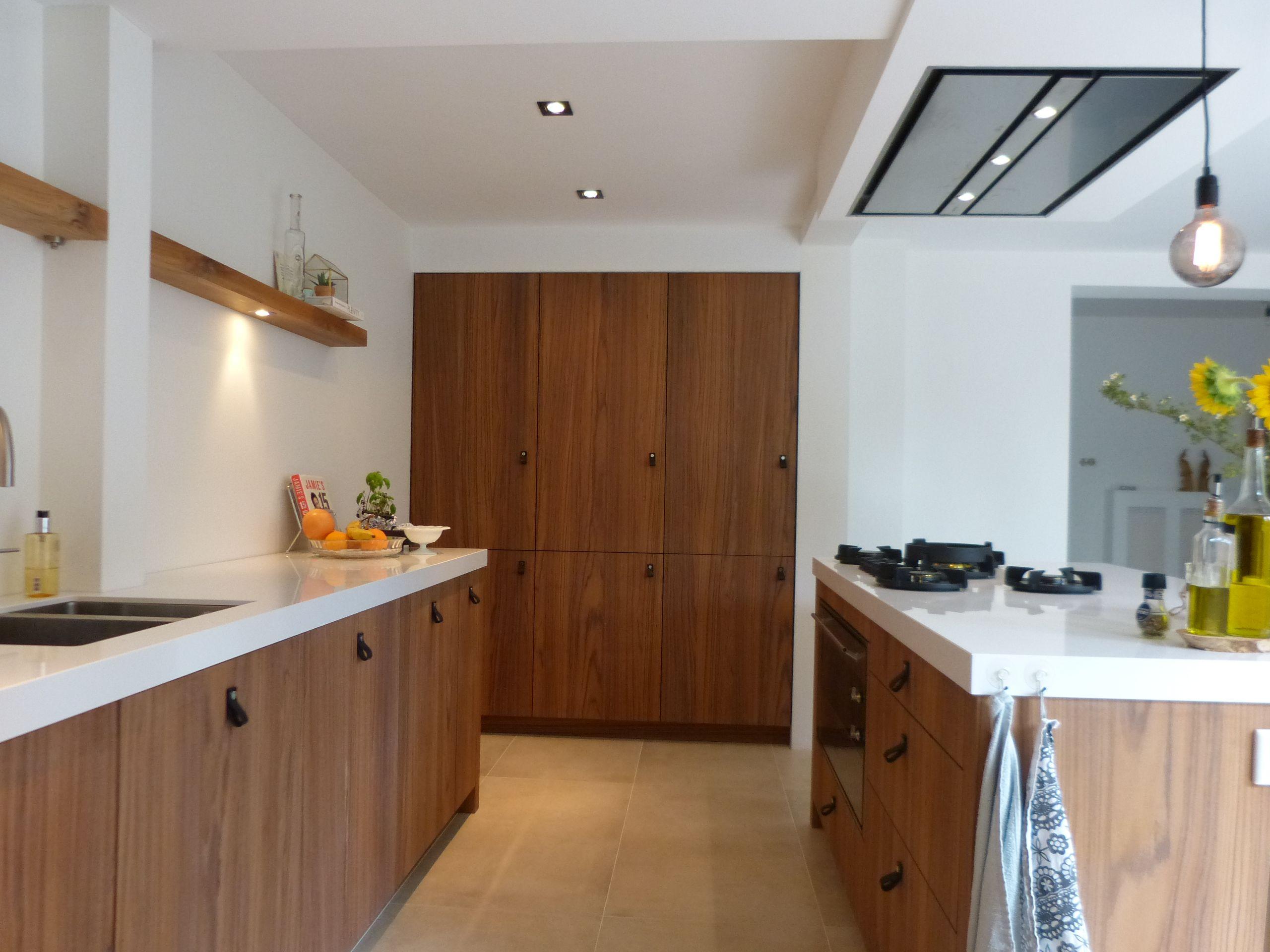 Houten maatwerk keuken teak fineer met composiet werkblad en