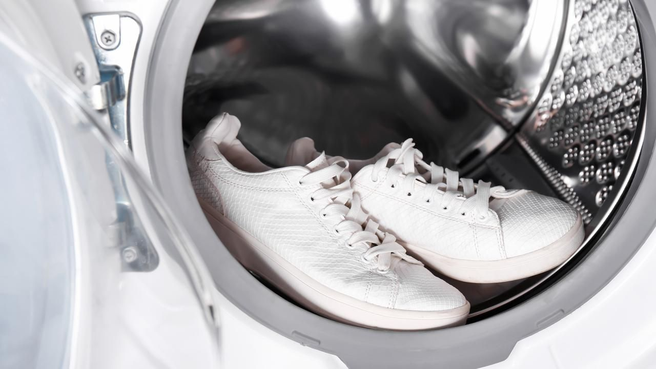 The Right Way To Wash Sneakers In The Washing Machine In 2020 How To Clean White Shoes How To Wash Sneakers On Shoes