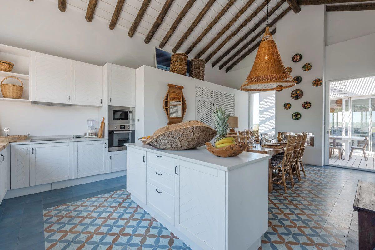 Une maison blanche à la décoration naturelle au Portugal
