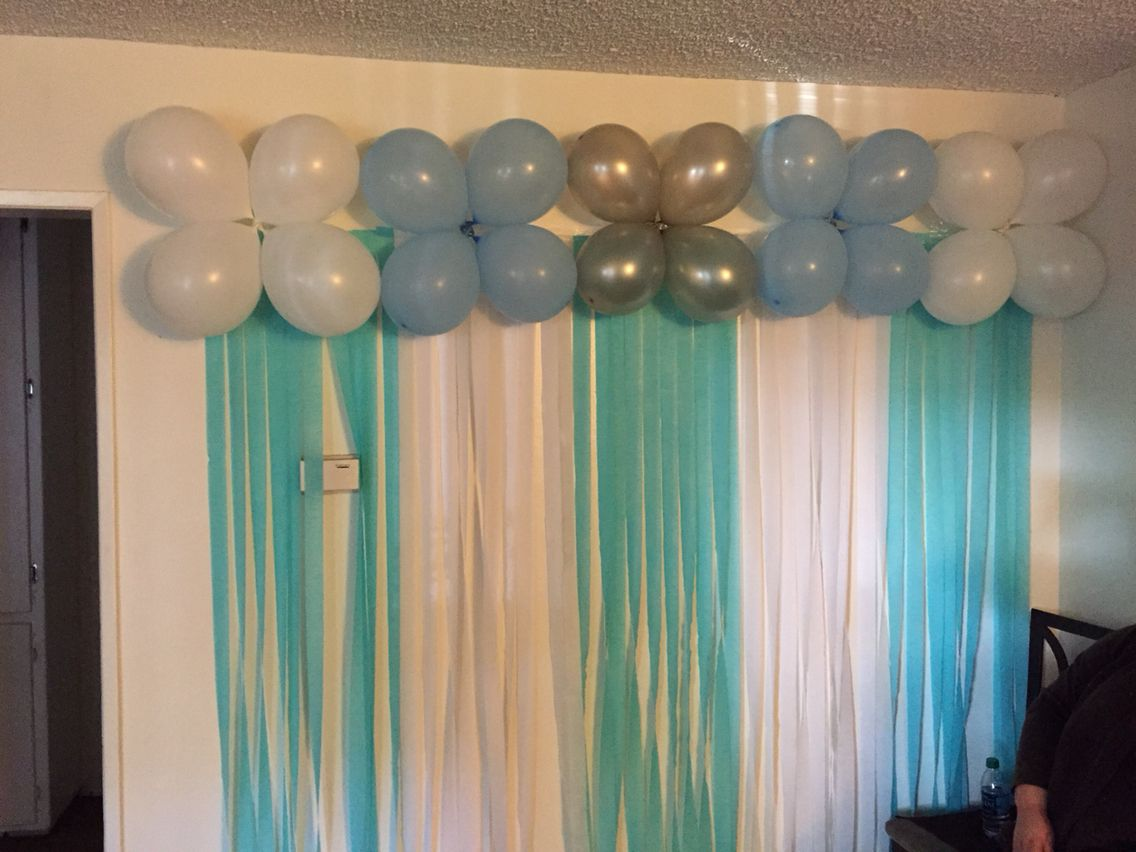 Simple wall decorations balloons with streamers draped on for Baby decoration wall