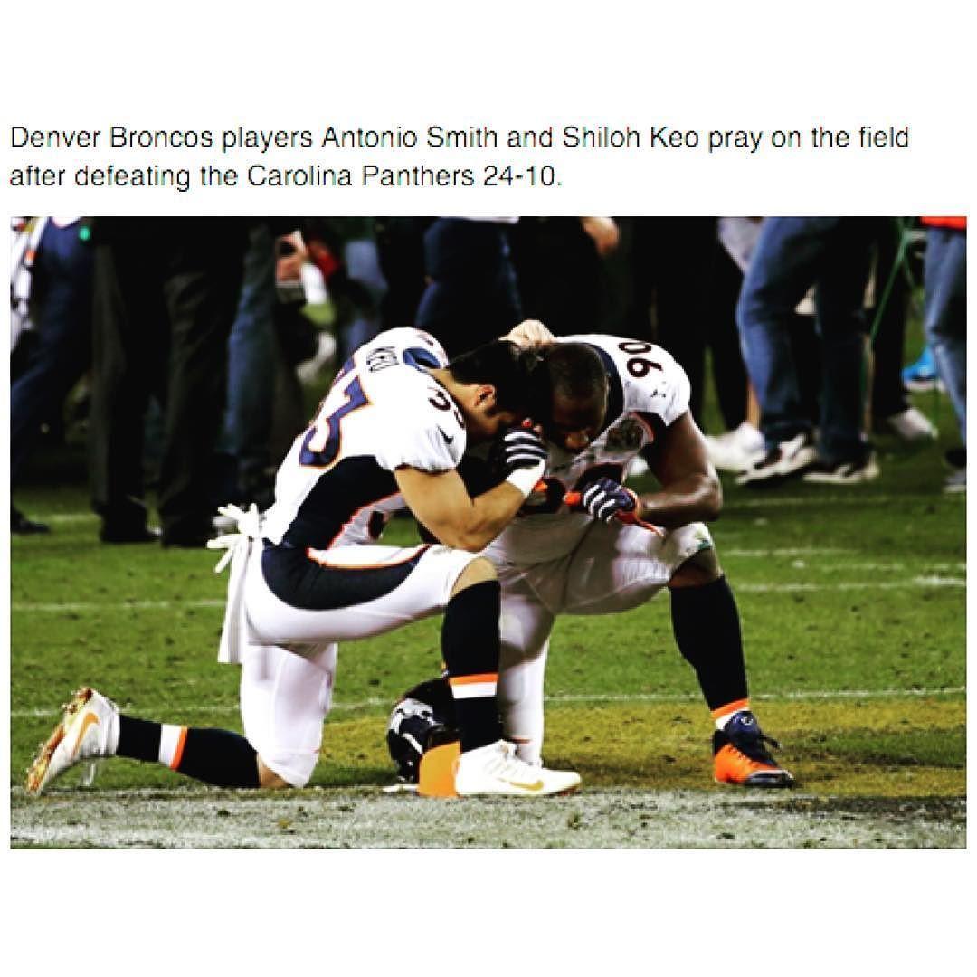 Os jogadores do #Broncos Antônio Smith e Shiloh Keo oram no campo após a vitória no #Super Bowl sobre o Carolina #Panthers por 24 a 10.  Denver #Broncos players Antonio Smith and  #Shiloh Keo pray on the field after defeating Carolina Panthers 24-10.  MDFe.org