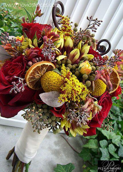 ramo de flores silvestres con rosas rojas y rodajas de fruta liofilizada