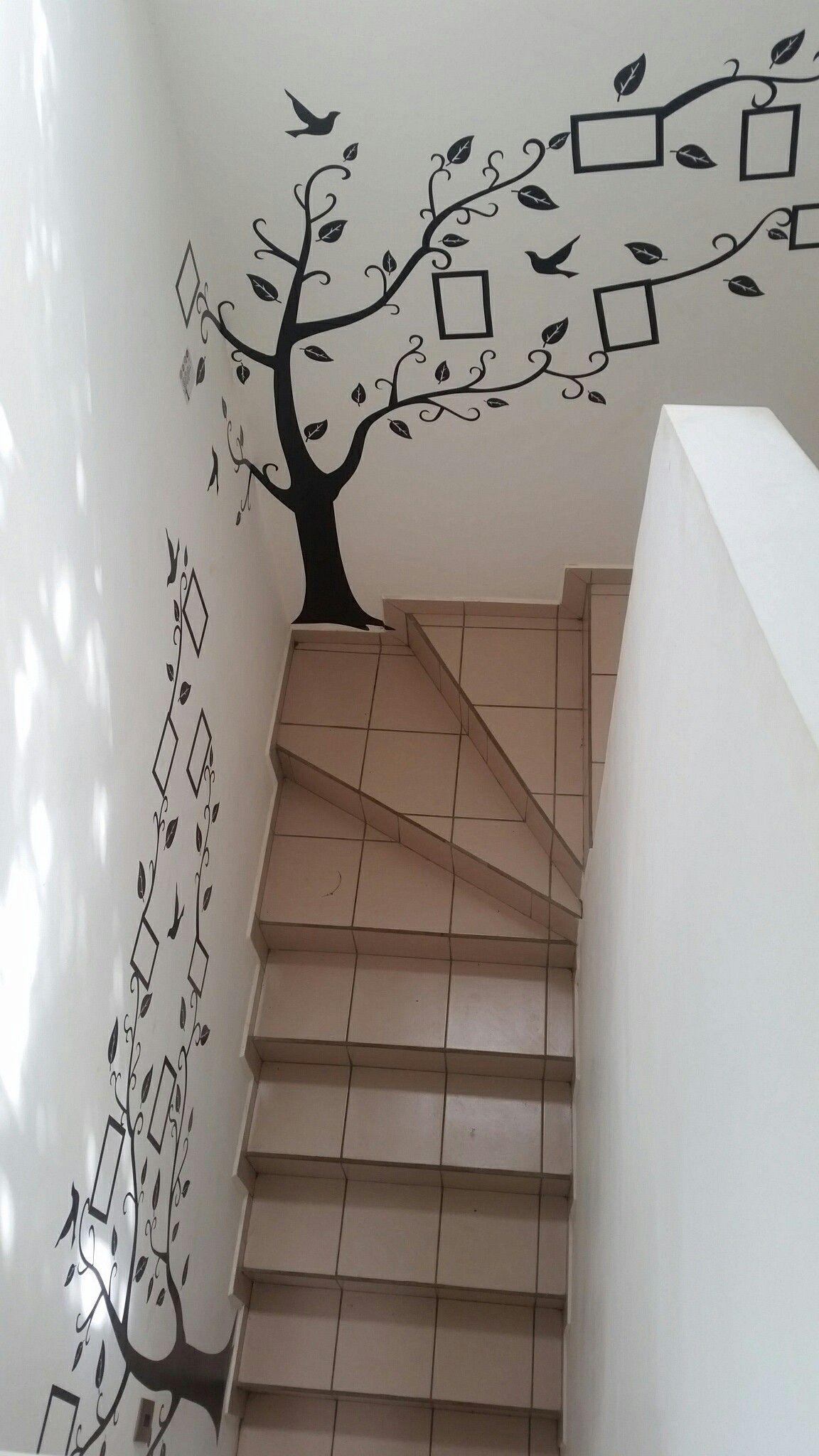 Vinilos adhesivos en la pared de las gradas para a adir