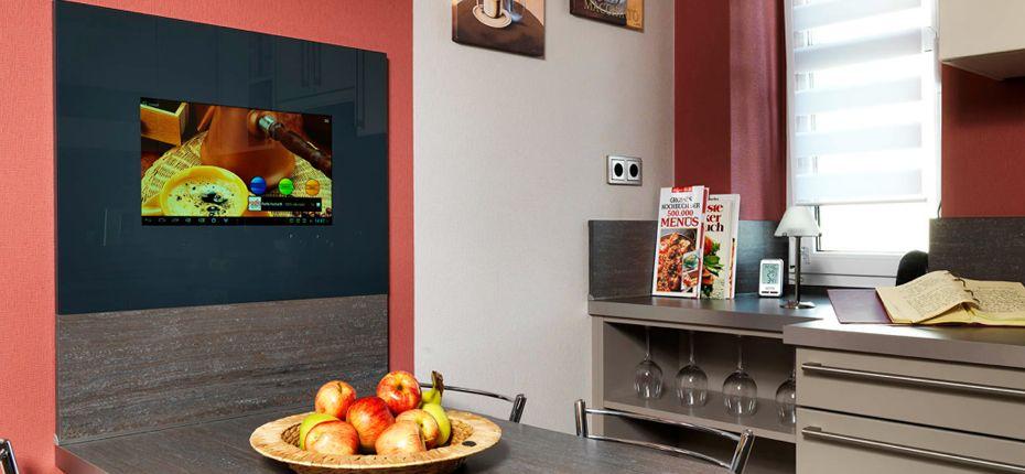 Kreativ eingesetzt Das LCD-Wandpanel an einem Essplatz