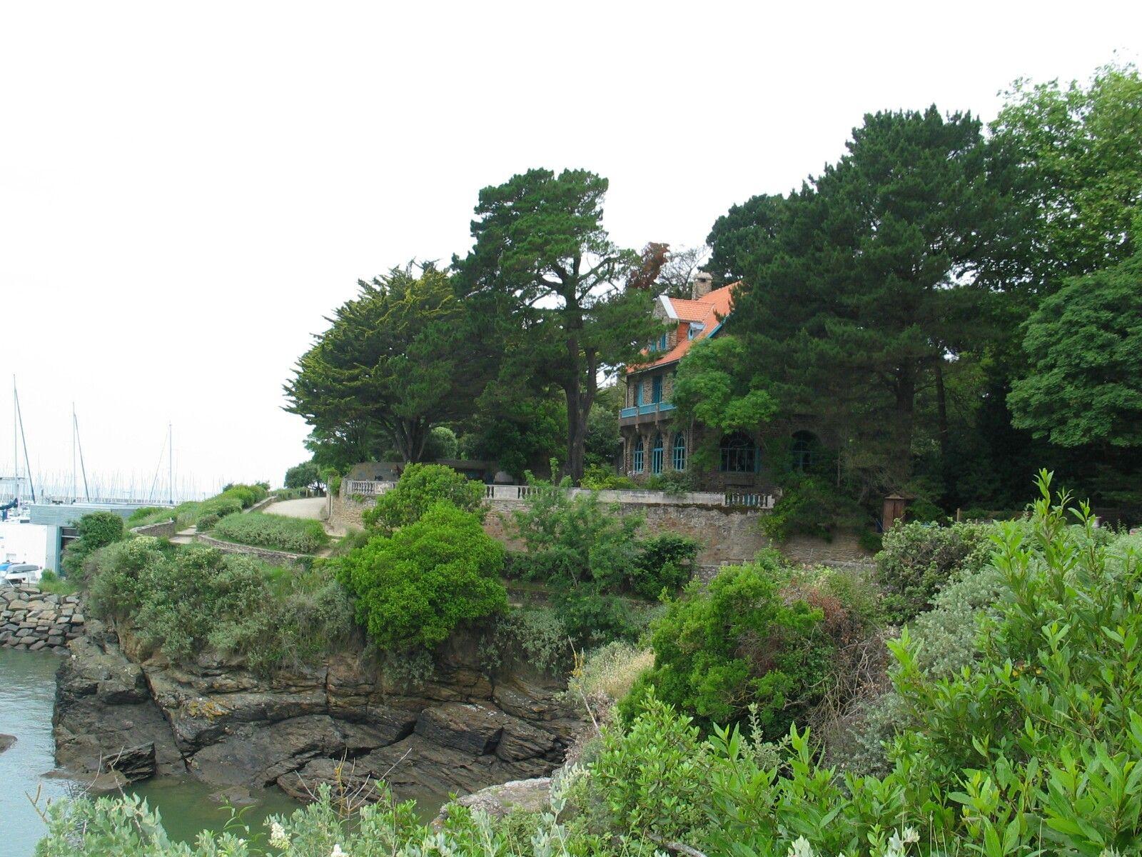 Wij wandelen verder langs de villa's aan de kust.