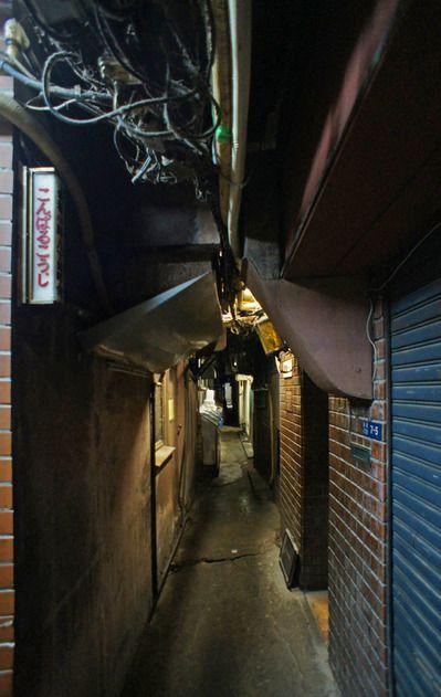Konparu-kouji alley. 金春小路 Ginza, Tokyo. 銀座 Narrow alley at night. Photo by UENO Takeshi 上野タケシ #Tokyo #Japan #alley #Post_Apocalyptic #abandoned