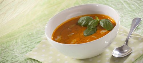 Uma sopa cai sempre bem. Experimente Creme de pimentos com queijo gorgonzola e pinhões.