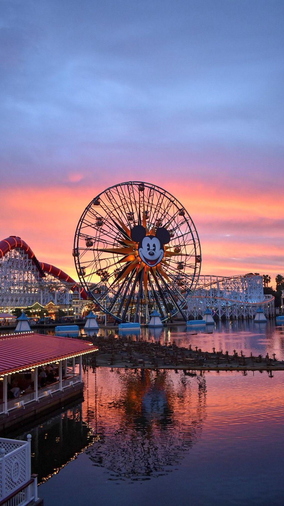 Photo of Sonnenuntergänge über dem Pixar Pier