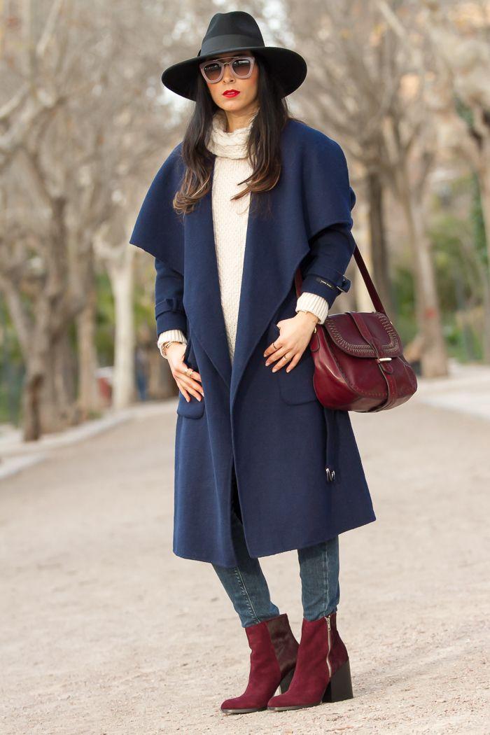 Look urbano y chic con abrigo bata azul marino sombrero de