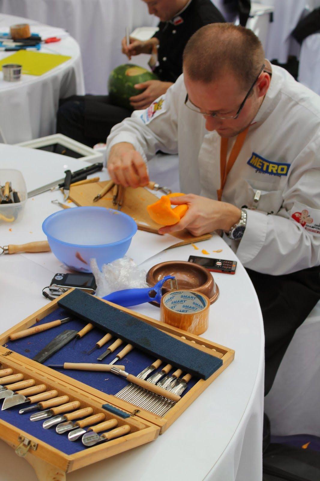 Adorable Carving Tool Kit - Galeria Krakowska - Krakow - Poland - more here: http://twistedredladybug.blogspot.de/2013/10/art-everywhere-even-in-fruits.html