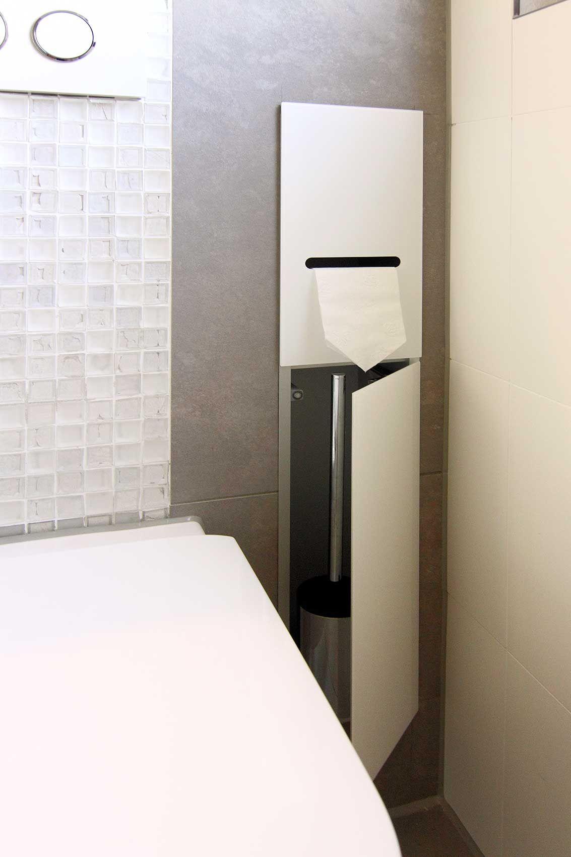 Ausschnitt WC, rechts daneben weißer, eingelassener Schrank in der ...