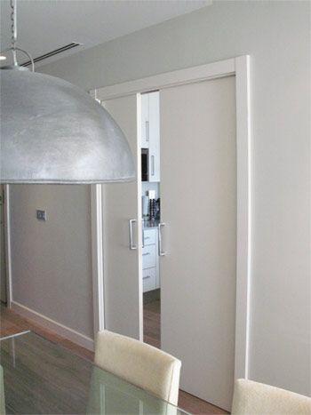 muebles de cocina a medida de color blanco con detalles grises y puerta doble corredera lacada - Puertas Correderas Cocina