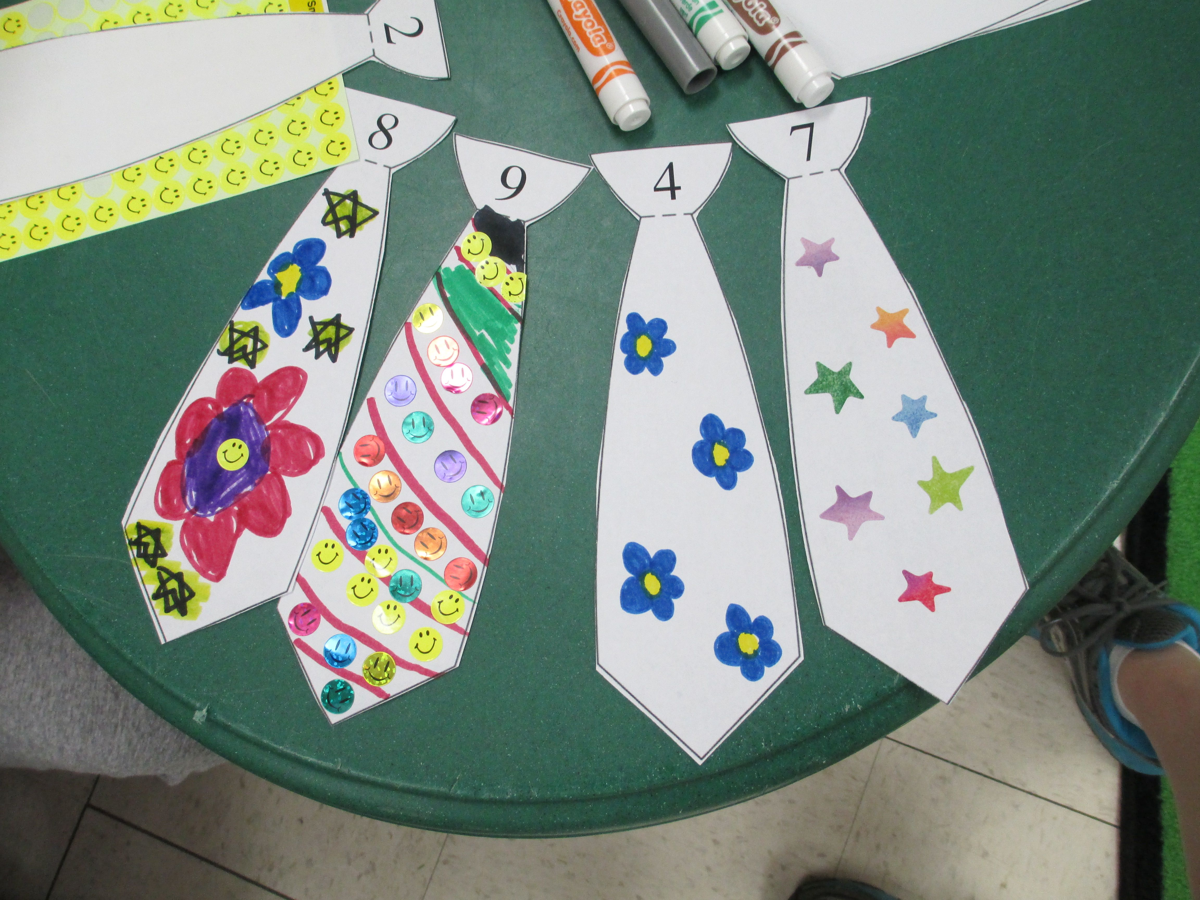 A new HomePlay pin from The Pa-Paw Patch!  Counting Ties Math Activity for Father's Day.  Kids can decorate the ties with the correct number of drawings or stickers that corresponds to the number on the tie.  Or use counters to make it reusable!