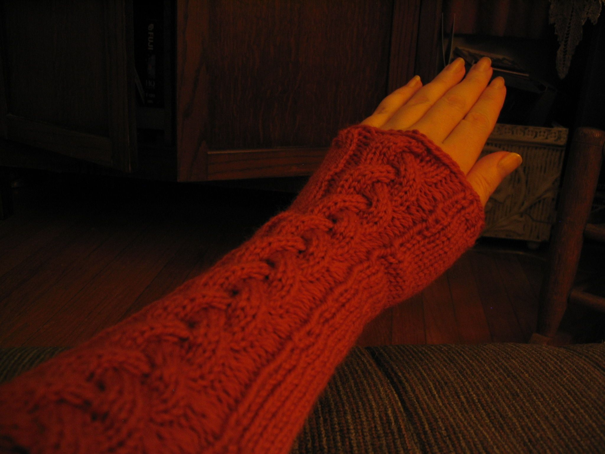 I love these long fingerless gloves/armwarmers....especially because they have a gorgeous cable all alongh the length, and I adore cables! LOL!