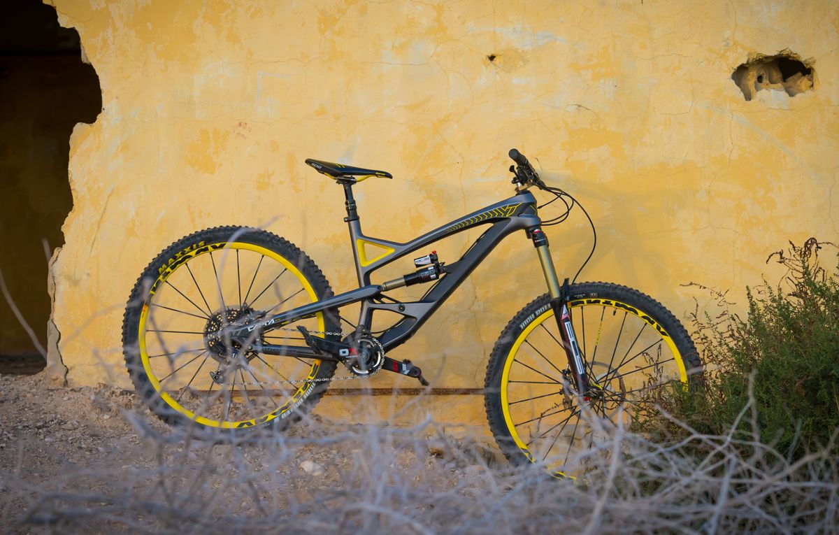 dirttv enduro bike test introducing the yt capra dirt. Black Bedroom Furniture Sets. Home Design Ideas