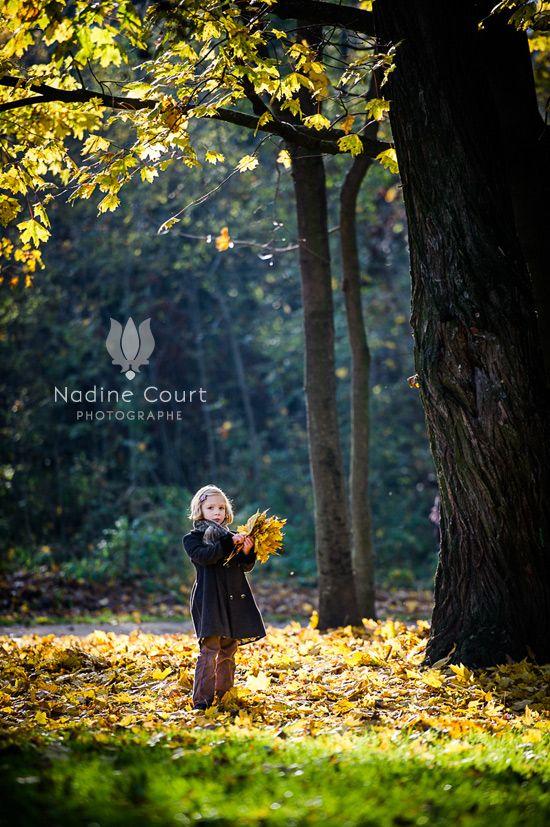Portrait-fillette-bouquet-feuilles-automne