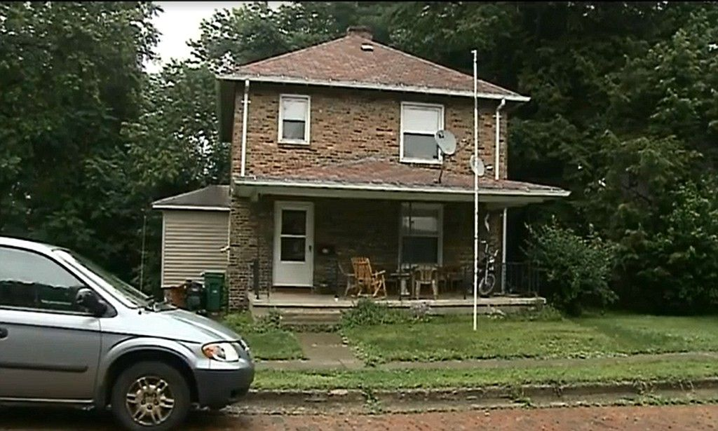 Mother and grandparents of 7-year-old boy arrested #DailyMail