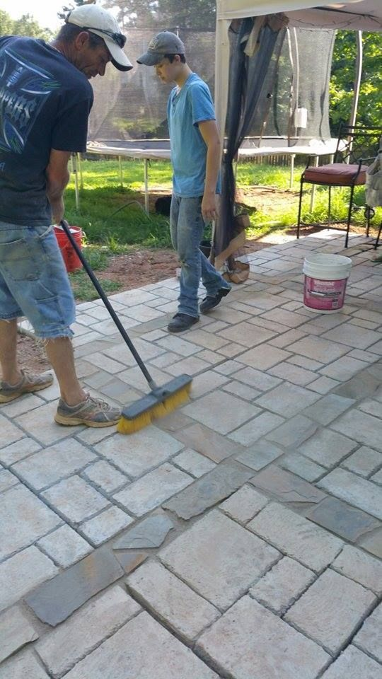 quadratischer betonfertiger patio gravel driveway this image shows quikrete fan putting the finishing touches on their walkmaker patio using pavestoneco products walkthisway whatamericaismadeof