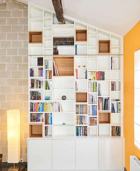 Bibliothèque sur mesure Camber salon sous toit échelle ECOLE
