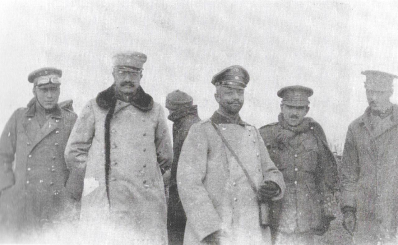British and German officers in No Man\'s Land during the Christmas ...