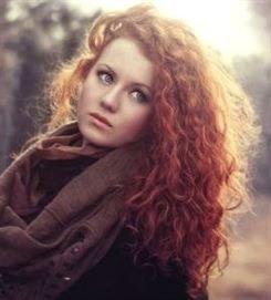 Mädchen mit #curly #haar, lustigen lockigen #haarstilen, lockigen #homecoming Frisuren, cu …, #Curly # …