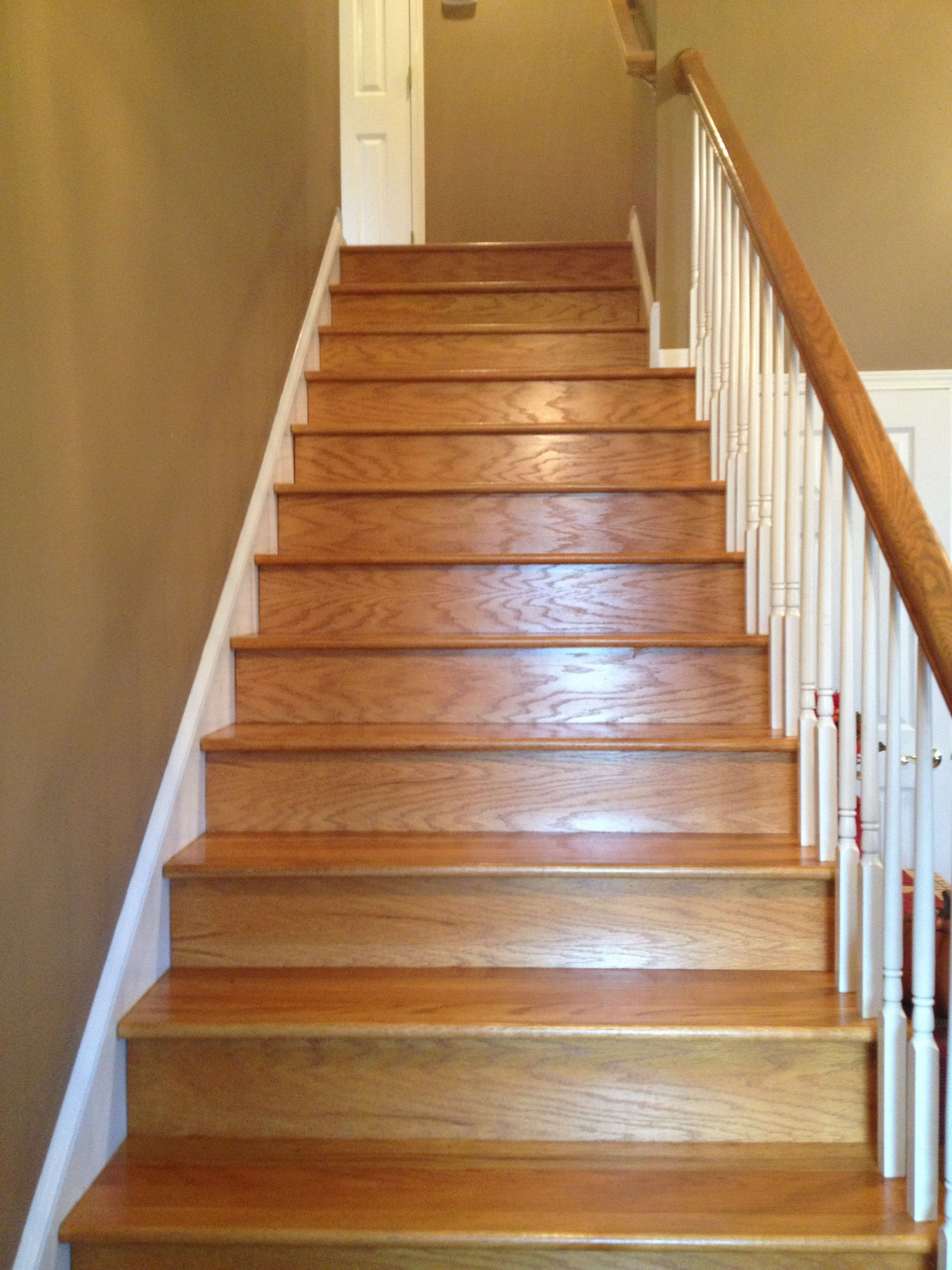 Good Wide, Hardwood Staircase   Makes Moving And Cleaning Easier!