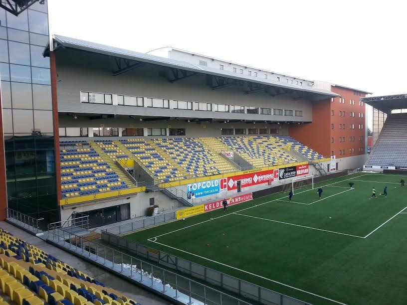 Stayen Stadion, Sint-Truiden, Limburgo, Bélgica. Capacidad 14.600 espectadores, Equipo local Sint-Truidense. Ha sido remodelado en varias ocasiones la última entre 2013 y 2014.