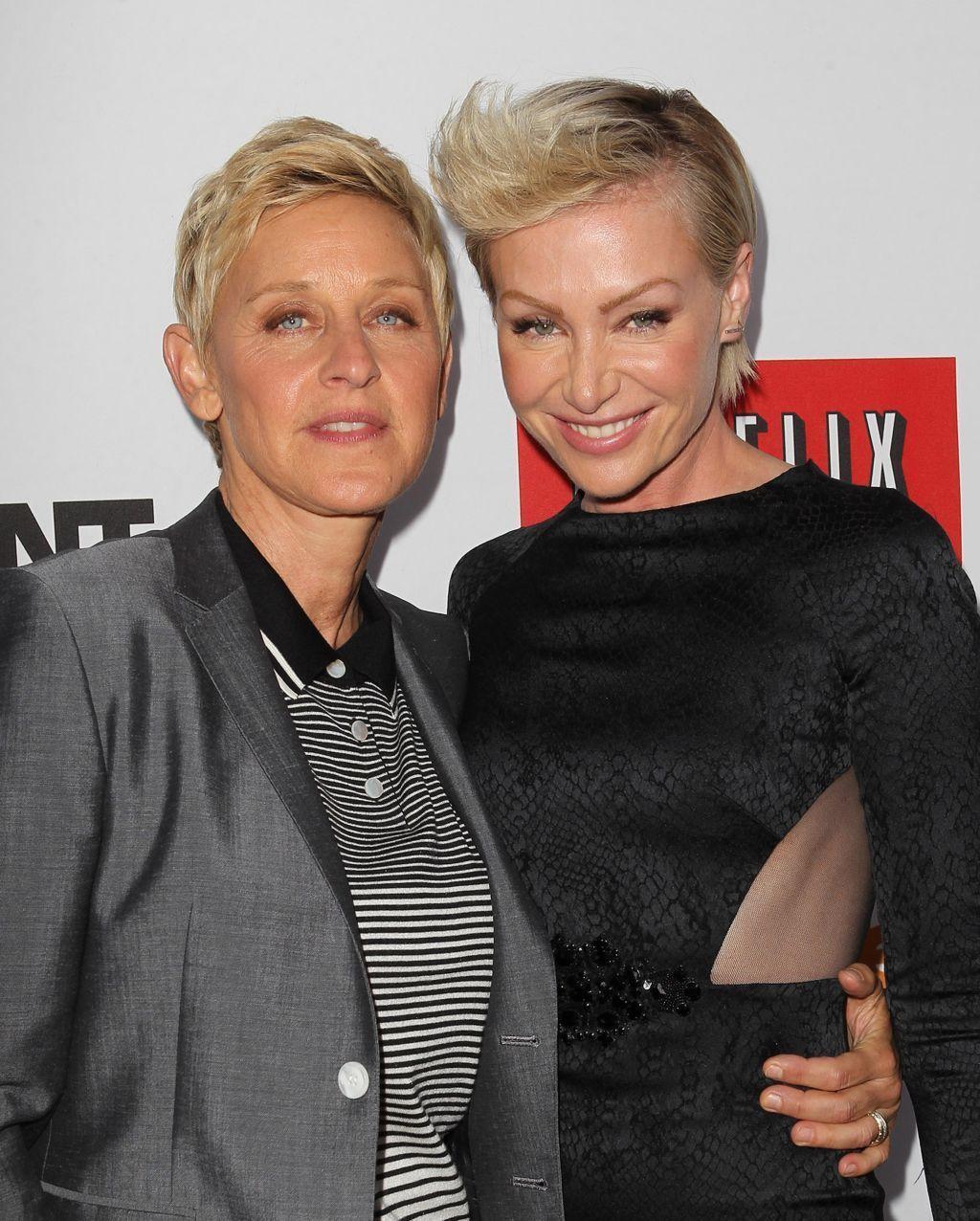 """""""Yep, I'm gay"""": Bereits 1997 outete sich US-Komikerin Ellen DeGeneres in einer Folge ihrer Sitcom """"Ellen"""" - was zur Absetzung der Show führte. 2004 verliebte sich Schauspielerin Portia de Rossi (""""Ally McBeal"""") in die damals noch anderweitig vergebene DeGeneres und kämpfte um sie. Mit Erfolg: Mittlerweile sind die beiden verheiratet. © picture alliance / abaca / Gimini"""