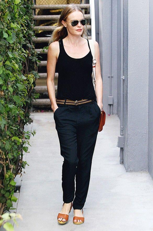 Kate Bosworth look básico preto, com sandália rasteira de couro marrom e bolsa marrom