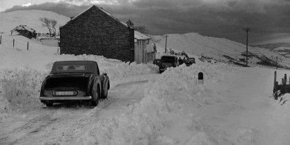 Car on the Kirkstone Pass by the Kirkstone Inn, late 1940s.