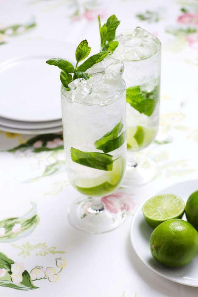 Mojito är en sprudlande fräsch och pigg sommardrink för alla tillfällen.