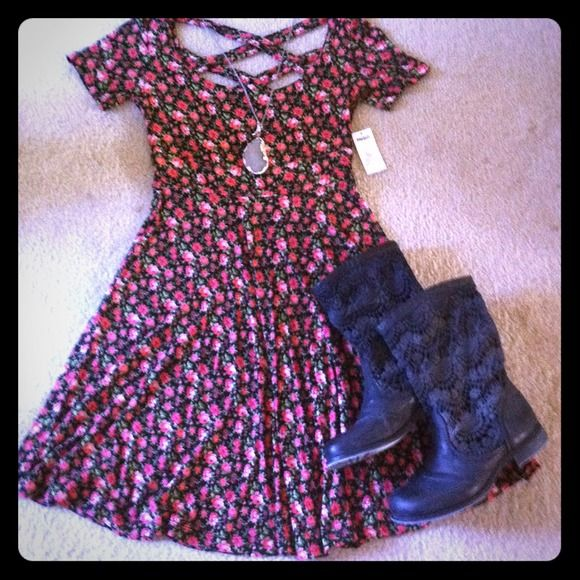 Kirra Floral Dress Super cute floral dress with cross cross straps in the back. I love this dress so much, buy its just too small on me :( It's brand new with tags. Kirra Dresses