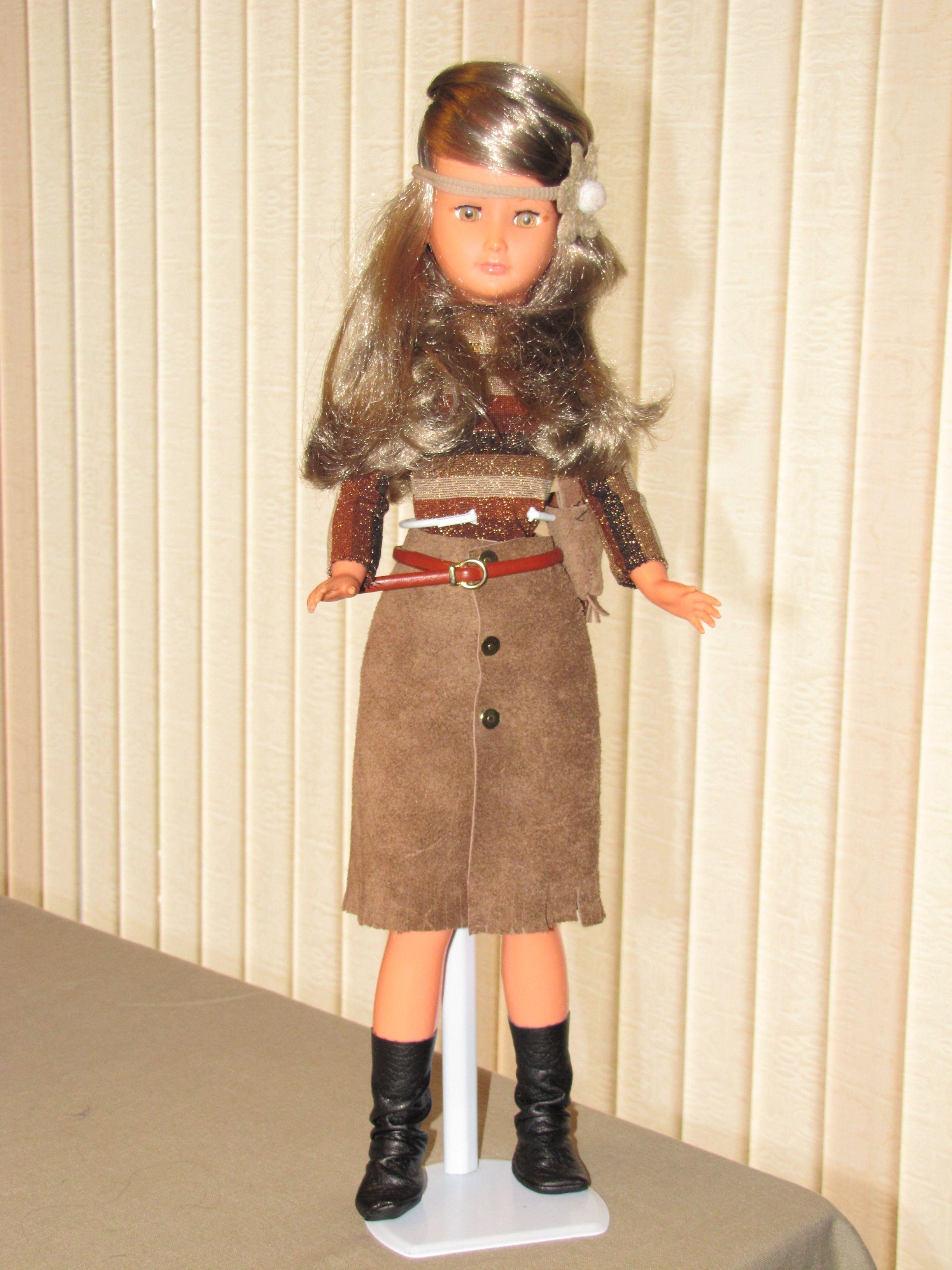 Dolly en tenue imitation o daim