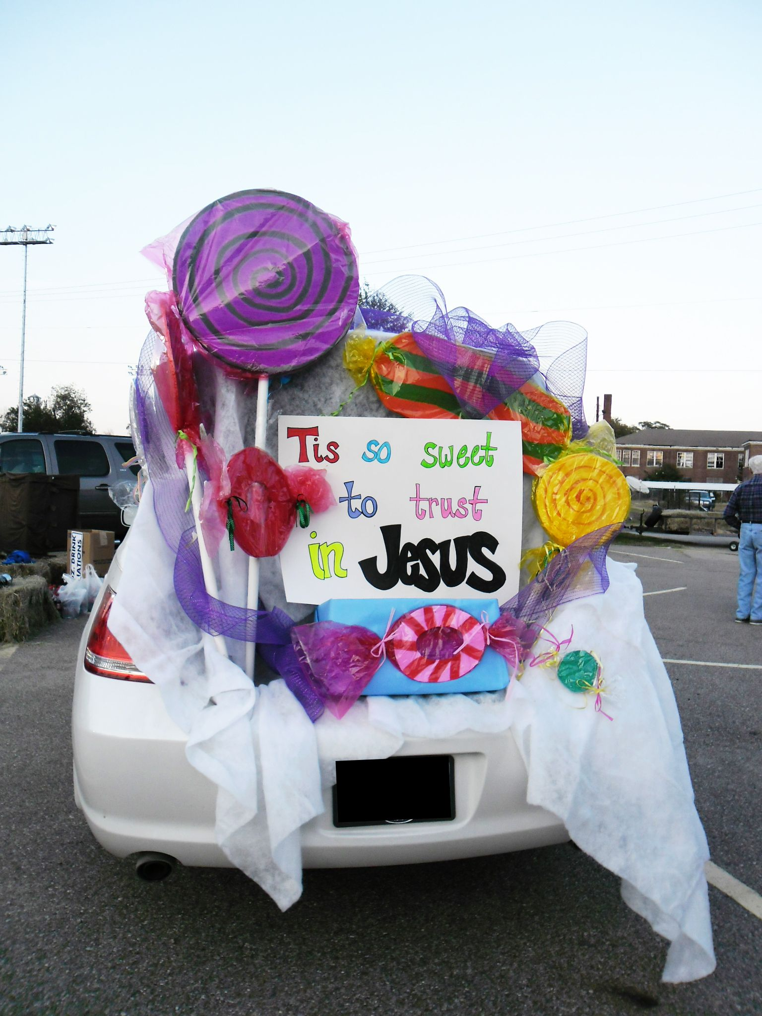 Here are 10 fun ways to decorate your trunk for your