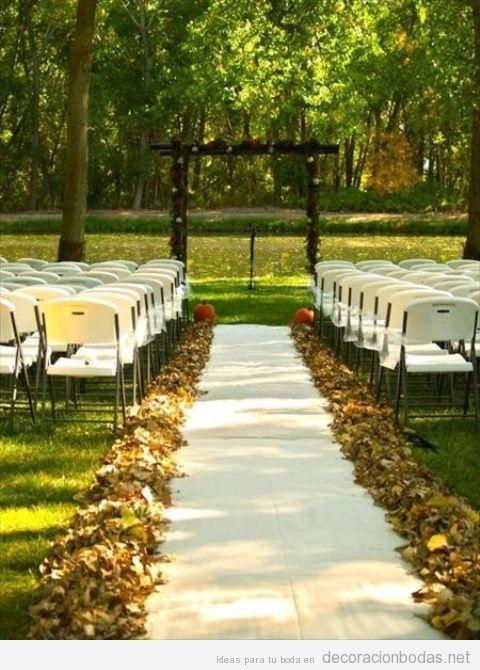 Decoración de boda en exterior en otoño con hojas secas